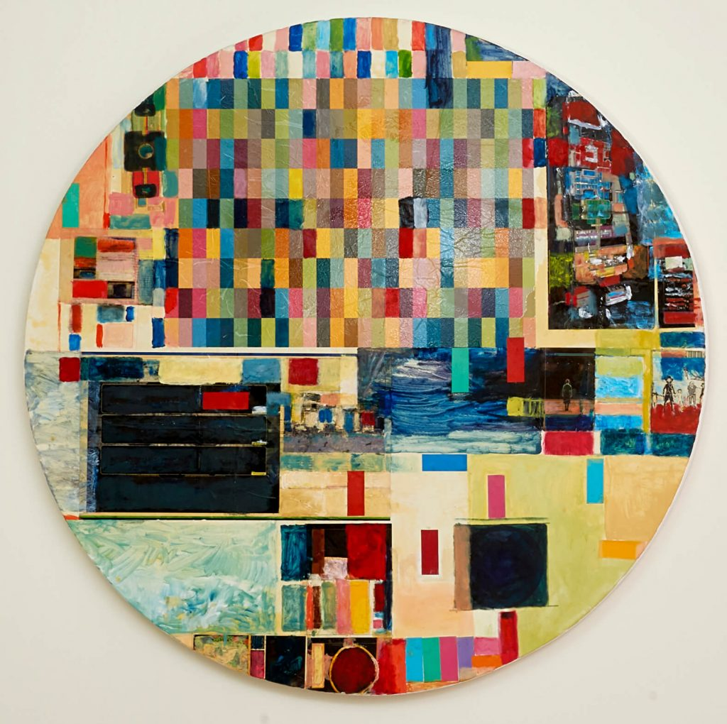 Foto de quadro em formato de círculo de óleo sobre tela com retângulos coloridos de tamanhos variados (verdes, vermelhos, cinzas, laranjas, pretos).