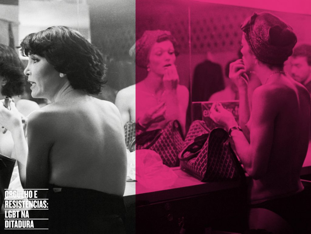 """Arte de divulgação feita com fotografia preto e branco de duas mulheres se maquiando em um camarim. A metade direita da foto está abaixo de um filtro cor de rosa enquanto a metade esquerda segue em preto e branco. Ambas seguram um batom. A da direita passa enquanto a da esquerda parece conversar com alguém que está ao seu lado.No canto inferior esquerdo lemos """" Orgulho e Resistências: LBGT na Ditadura"""" em branco."""