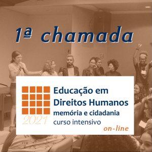 """Vemos em primeiro plano o logo do Memorial em branco e laranja embaixo """"2021"""" e no resto da imagem lemos """"Educação em Direitos Humanos: memória e cidadania curso intensivo on-line. Acima, o título """"1ª chamada"""". No fundo da imagem vemos pessoas sentadas e em pé em um auditório."""