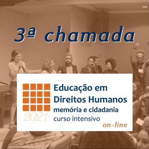 """Vemos em primeiro plano o logo do Memorial em branco e laranja embaixo """"2021"""" e no resto da imagem lemos """"Educação em Direitos Humanos: memória e cidadania curso intensivo on-line. Acima, o título """"3ª chamada"""". No fundo da imagem vemos pessoas sentadas e em pé em um auditório."""