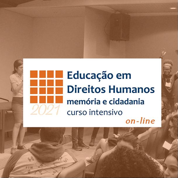 """Vemos em primeiro plano o logo do Memorial em branco e laranja embaixo """"2021"""" e no resto da imagem lemos """"Educação em Direitos Humanos: memória e cidadania curso intensivo on-line. No fundo da imagem vemos pessoas sentadas e em pé em um auditório."""