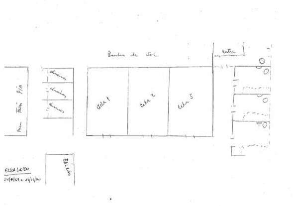 """Imagem de desenho feito a mão de planta baixa do antigo espaço carcerário do DOPS. Vemos retângulo menor no canto inferior esquerdo, que no interior lê-se balcão. No canto esquerdo um retângulo onde lê-se pia. A lateral deste um retângulo subdividido em três outros. No centro vemos um grande retângulo subdividido em três onde lemos em cada um deles """"Cela1, Cela2, Cela 3"""". No canto direito, outro retângulo também subdividido em três. No canto superior, no centro, temos as palavras """"Corredor de banho de sol. E no canto inferior esquerdo, com letras pequenas, lemos """"Elza Lobo 14/11/69 a 02/02/70"""""""